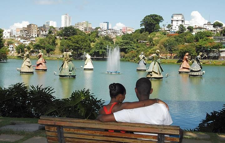 Esculturas gigantes atraem turistas e moradores