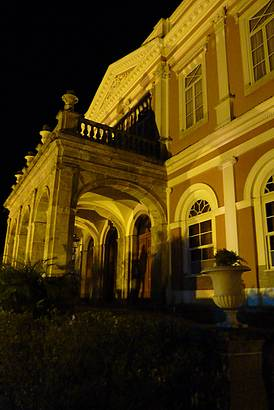 Palácio visto a noite.