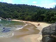Uma bela praia em uma ilha paradisíaca.