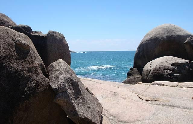 Vista das pedras da praia mole