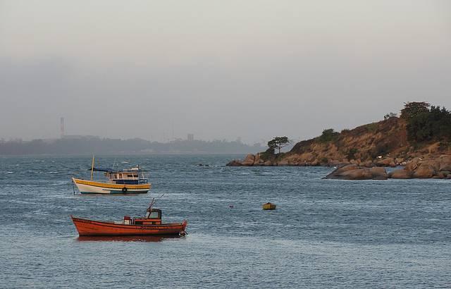 Barcos na Praia de Camburi