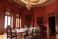 Móveis de época, lustres e ornamentos na sala de jantar