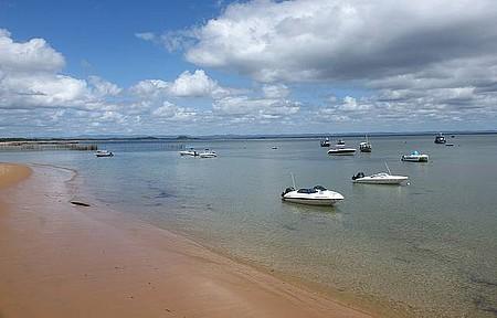 Águas tranquilas formam porto natural