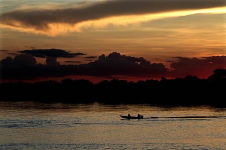Passear de barco - Pôr do sol confere lindas cores ao cenário