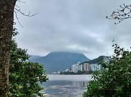 Lagoa encoberta por nuvens baixas