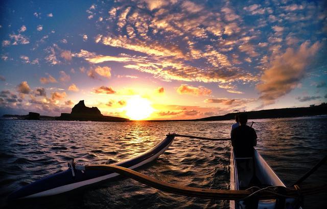 De canoa havaiana em Fernando de Noronha (PE)