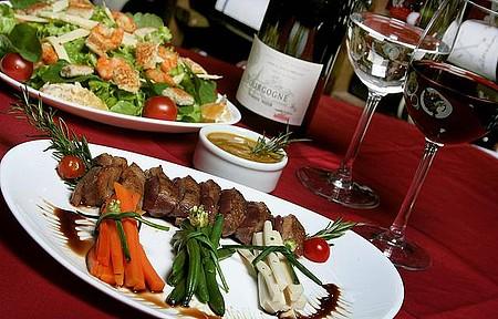 Comer bem - Degustar a cozinha estrelada da região faz parte do programa