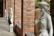 Esculturas e coleções espalham-se por todo o ambiente