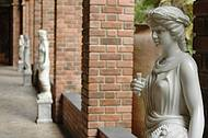 Esculturas e cole��es espalham-se por todo o ambiente