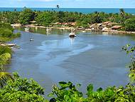O rio Caraíva emoldurado pelo verde com o mar ao fundo. Lindo demais!