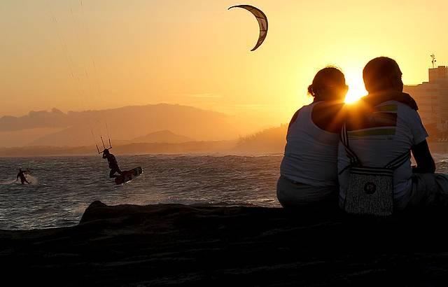 Praia de Cavaleiros é ponto de encontro de banhistas e esportistas