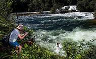 Garotada se joga nas águas caudalosas!