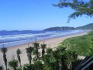 Praia linda com  todo seu explendor.