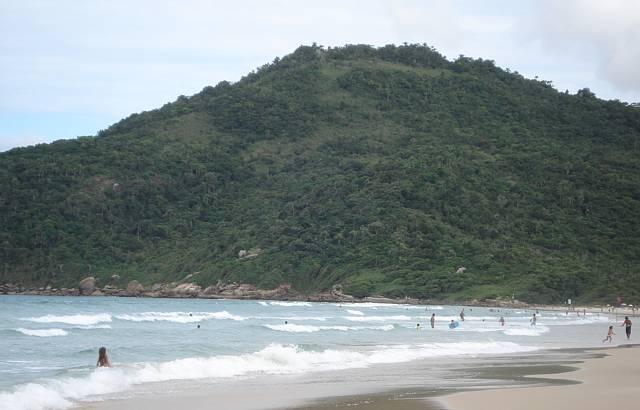 Rodeada por morros, a vista para a praia é linda!