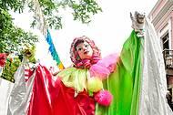 Cores e bonecos, elementos típicos da festa