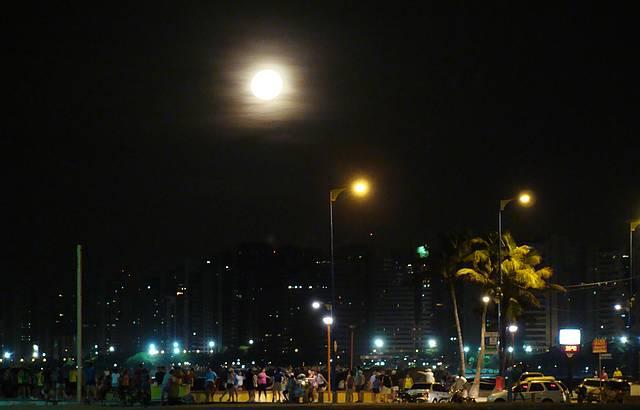 Noite de lua cheia na capital do Ceará...