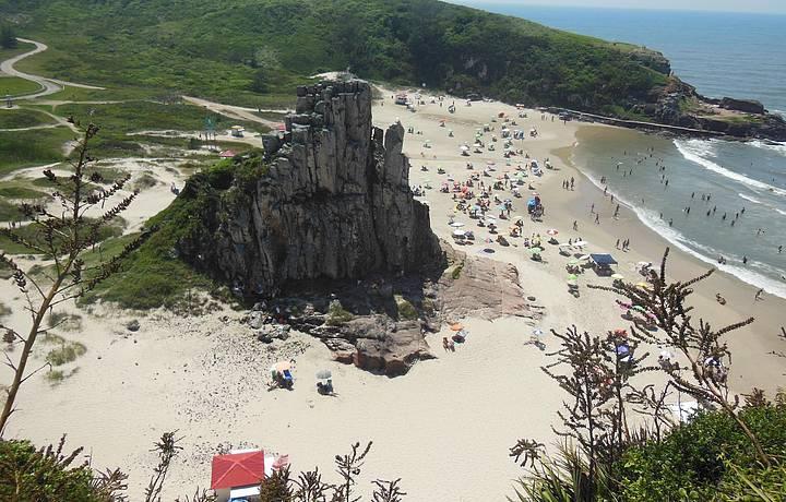 Morro da Guarita enfeita a praia