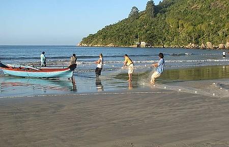 Pesca Artesanal da Tainha - Pescadores utilizam barcos e técnicas artesanais