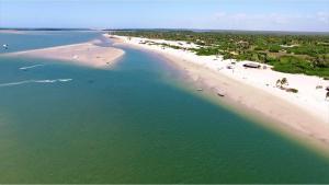 Canto do Atins: Do alto, areia branquinha e mar de muitos tons  -