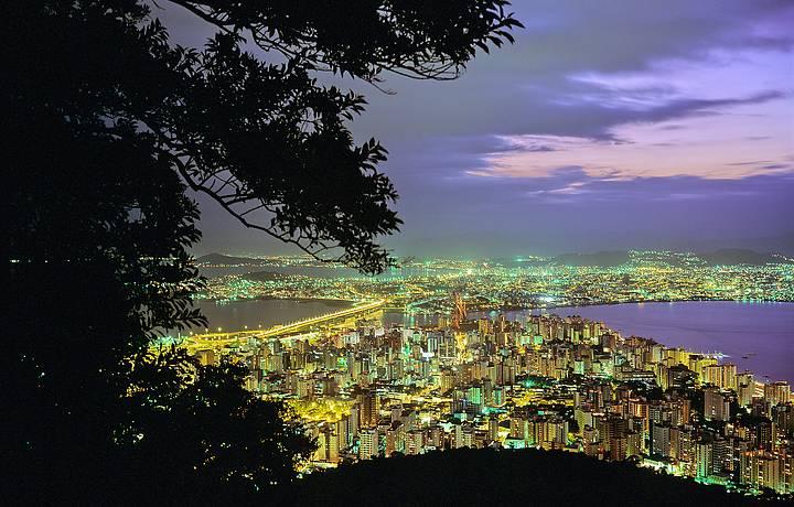 Morro da Cruz e as luzes da cidade