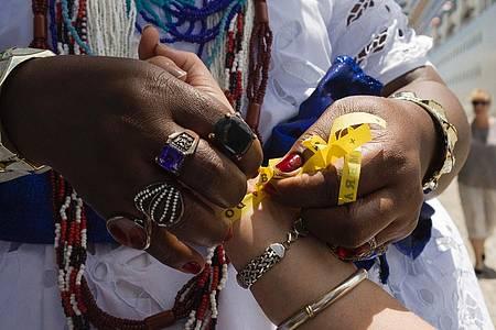 Baianas recebem os turistas com fitinhas do Bonfim