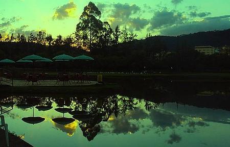 Parque das Águas - Reflexão ao entardecer.