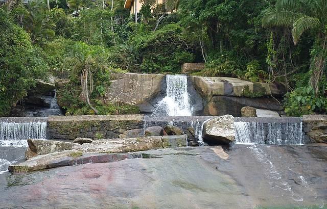 Paraíso, cachoeira junto ao mar...