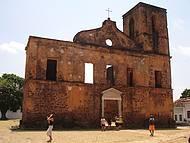 Circular pelas construções coloniais e ruínas