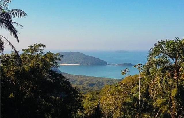 Na paisagem, praia e ilha de Prumirim