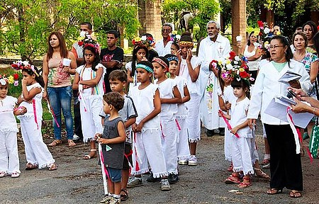 Procissão - Festa da padroeira envolve nativos de todas as idades