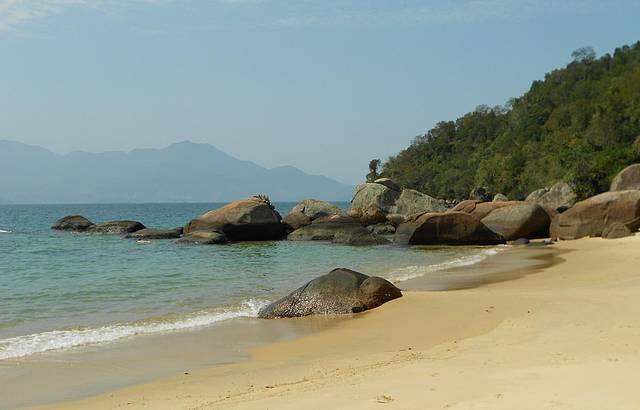 Linda praia com direito a cachoeira em trilha de fácil acesso