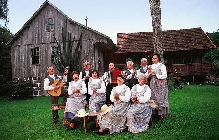 Descendentes de imigrantes recebem turistas com músicas típicas