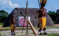 Pai ensina ao filho técnicas de arco e flecha