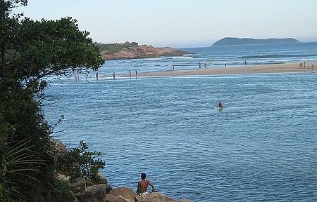 Vista da trilha na praia da Guarda - Fim de tarde na páscoa destaca a cor do mar com o verde perfeito da natureza.