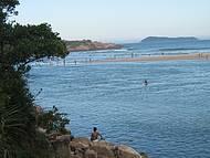 Fim de tarde na páscoa destaca a cor do mar com o verde perfeito da natureza.