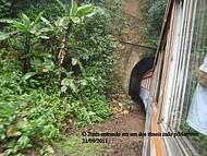 O trem entrando em um dos túneis