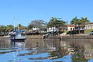 Casario e barcos colorem a paisagen