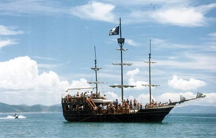 Navio pirata tem teatro a bordo