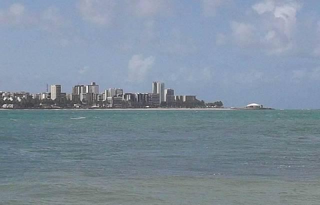Vista para a cidade, a partir das piscinas de Pajuçara