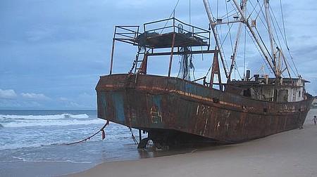Praia de Buzius - Navio abandonado