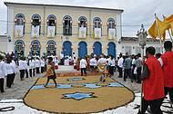 Cidade se enfeita para as festas religiosas