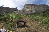 Trilhas e fendas contornam Pedra do Baú