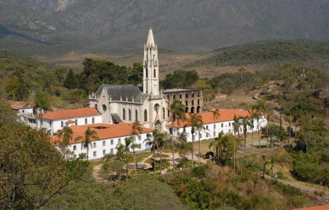 Belíssima igreja neogótica é cartão-postal