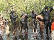 Turistas se divertem com banho de lama...