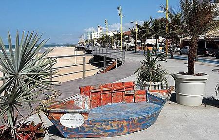 Praia dos Cavaleiros - Calçadão convida a caminhadas na orla