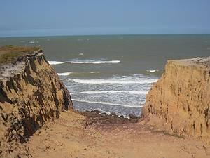 Costa Dourada: Falésias contornam toda a praia<br>