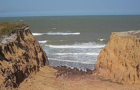 Costa Dourada - Falésias contornam toda a praia