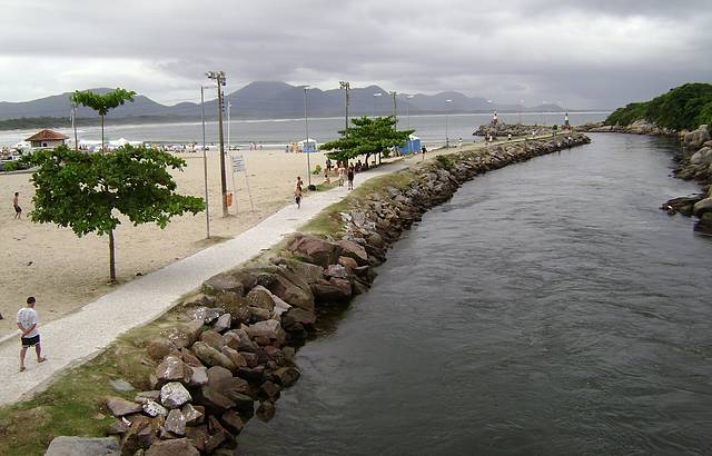 Canal de desemboca no mar da Barra da Lagoa