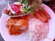 Peixe ao molho de camarão, mandioca e salada