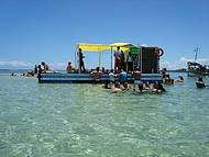 Bar flutuante nas piscinas de Garapuá